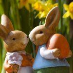 coelhos de pascoa segurando ovos